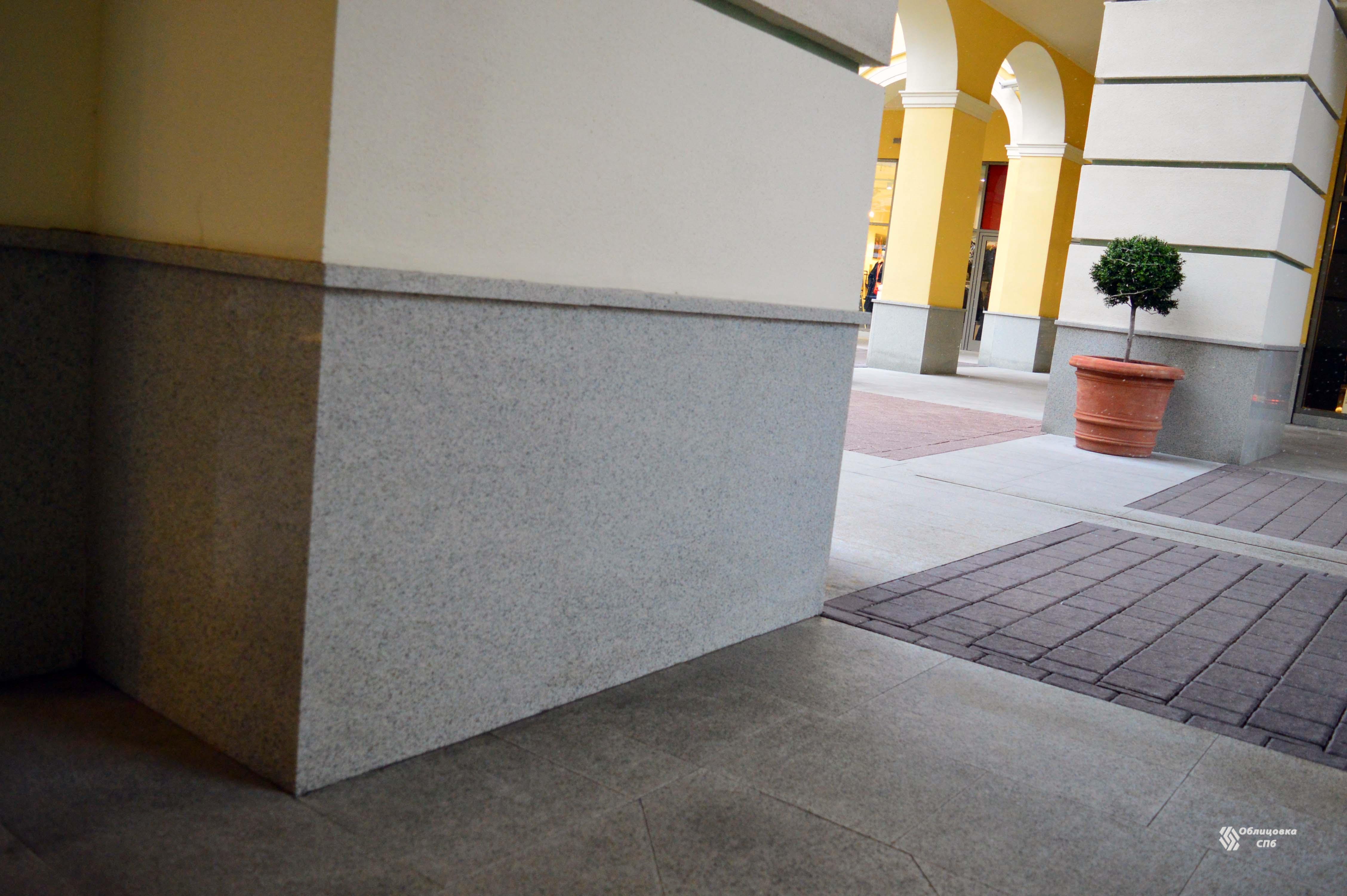 Облицовка колон и цоколя  полированным гранитом серого цвета