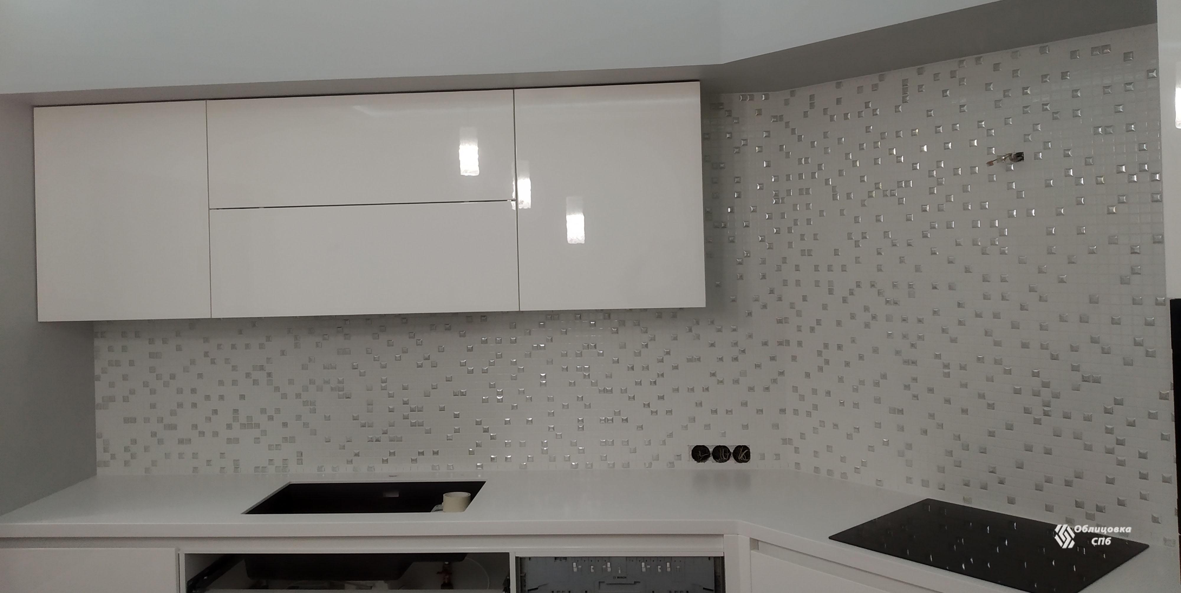Облицовка кухонного фартука белой мозаикой из стекла с перламутровыми вставками