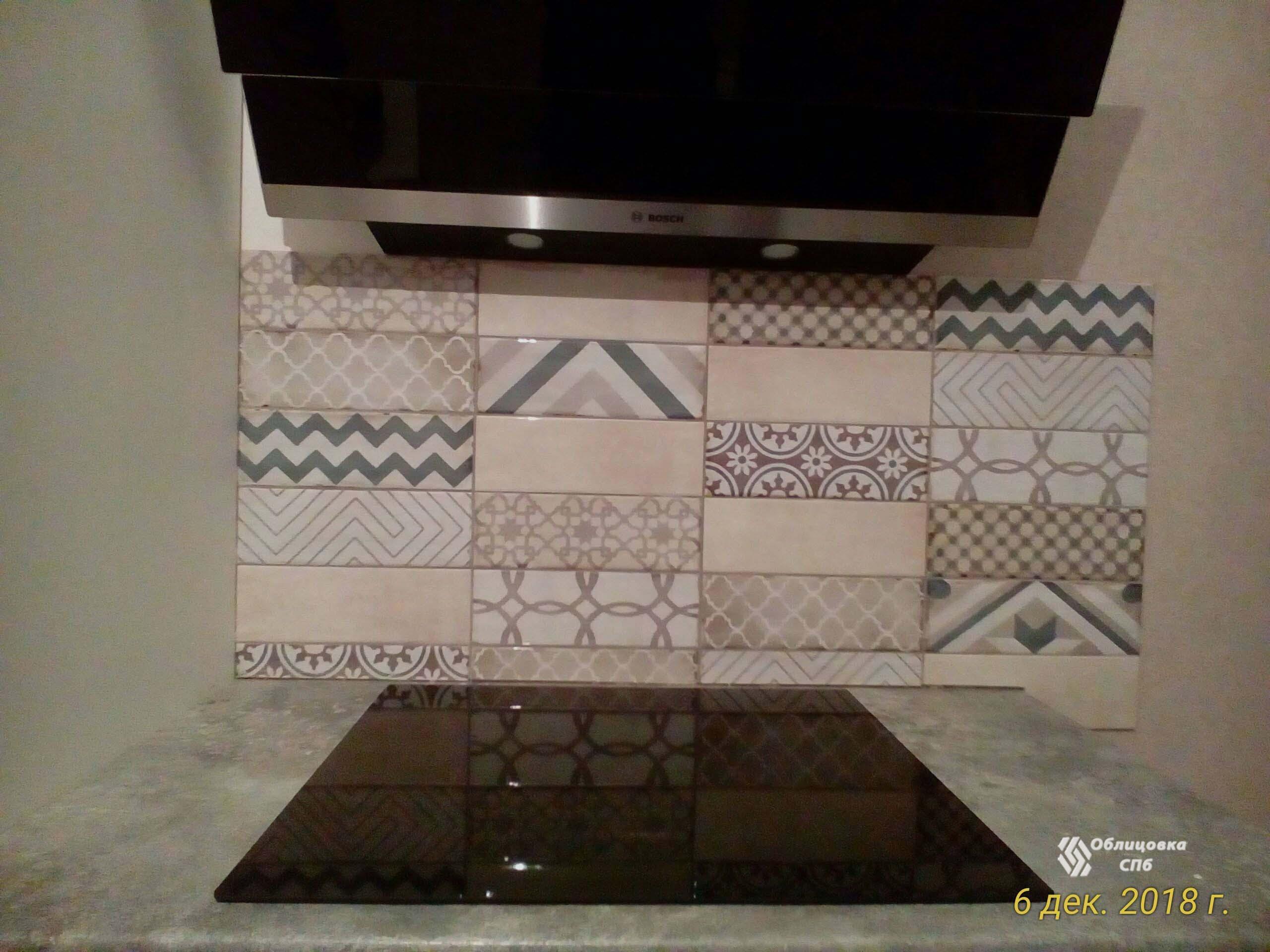 Облицовка кухонного фартука плиткой с разными рисунками