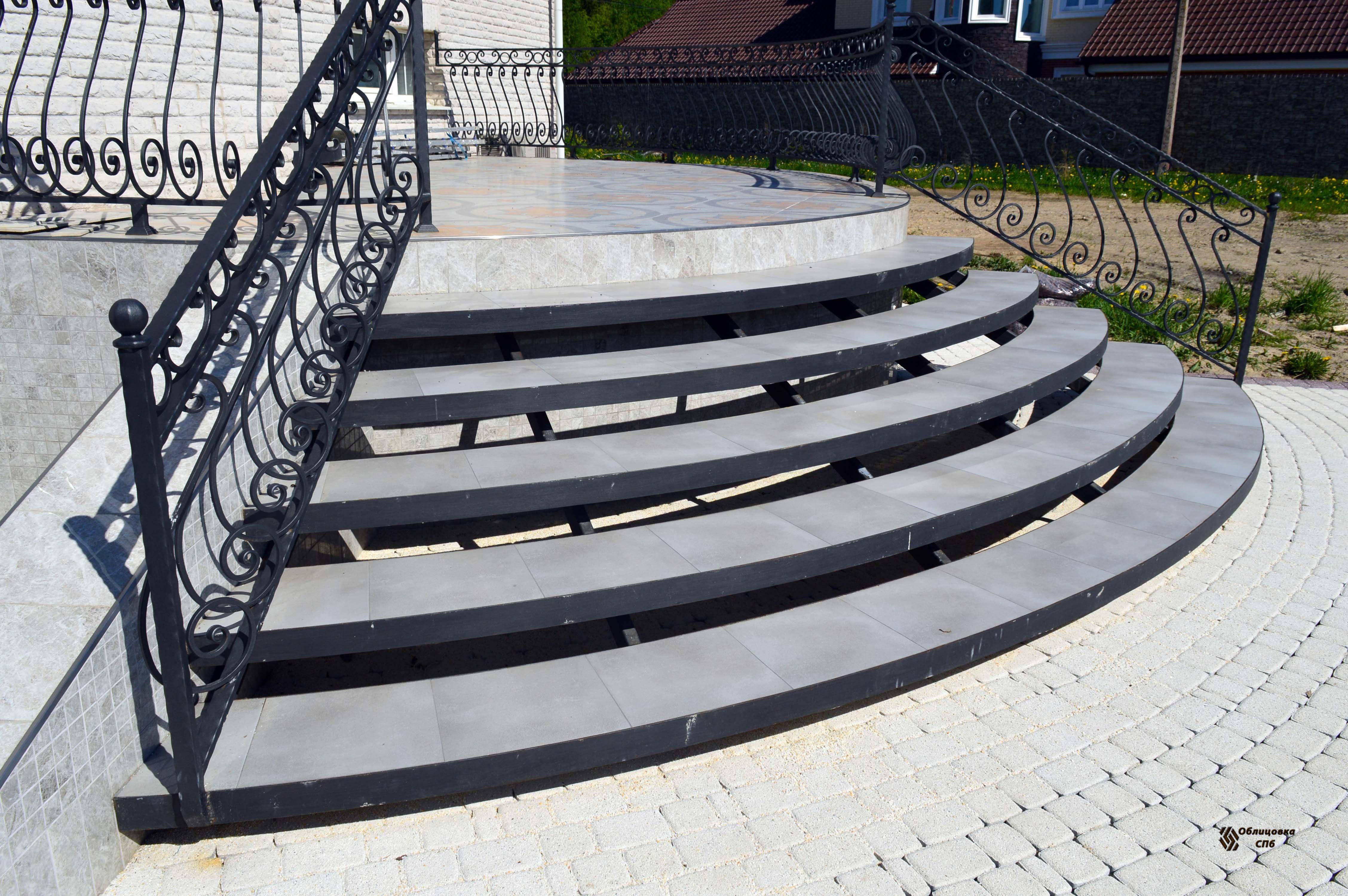 Облицовка радиусной металлической лестницы керамогранитом