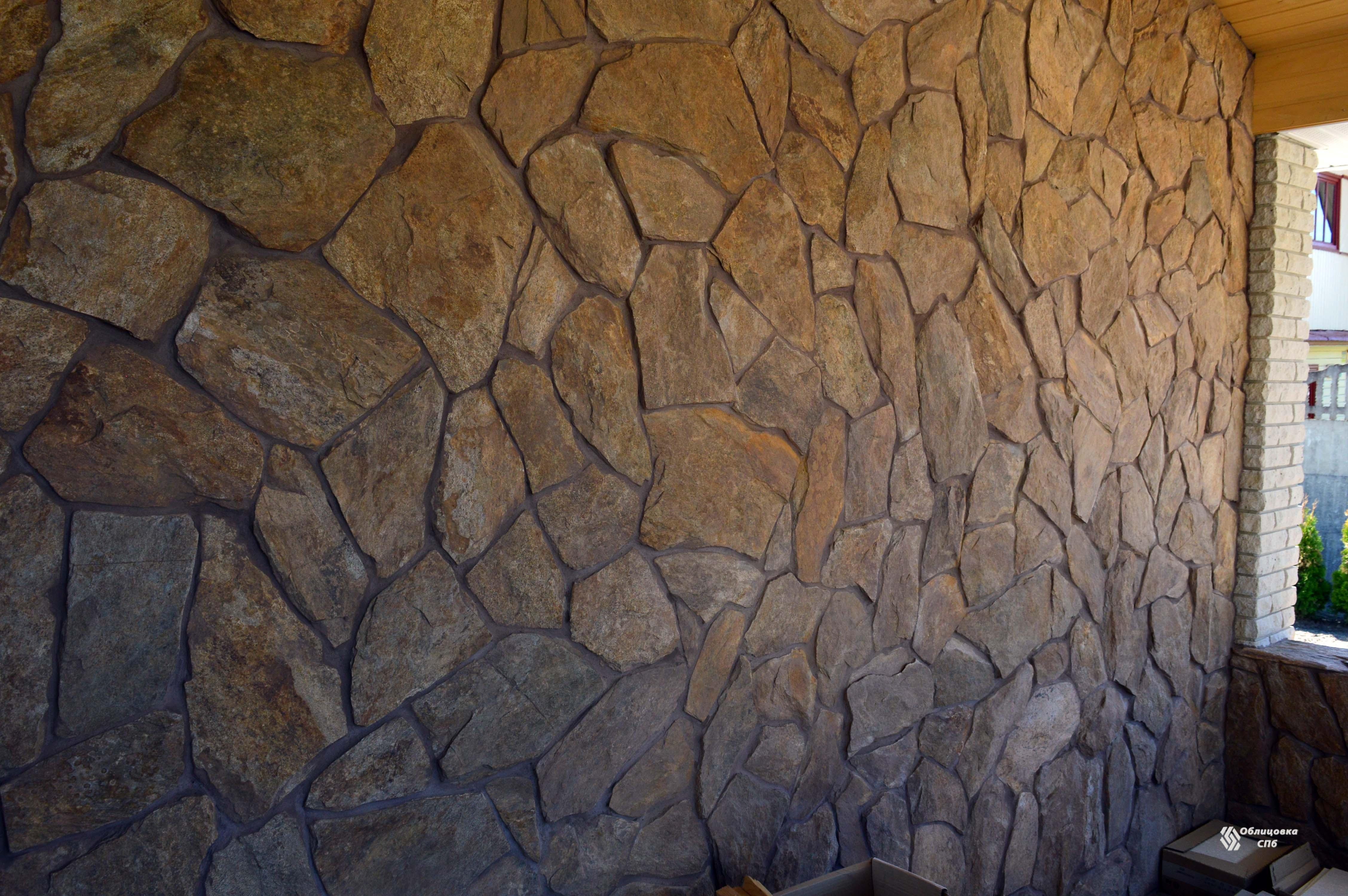Облицовка стен и колонн летней кухни натуральным камнем сланцем
