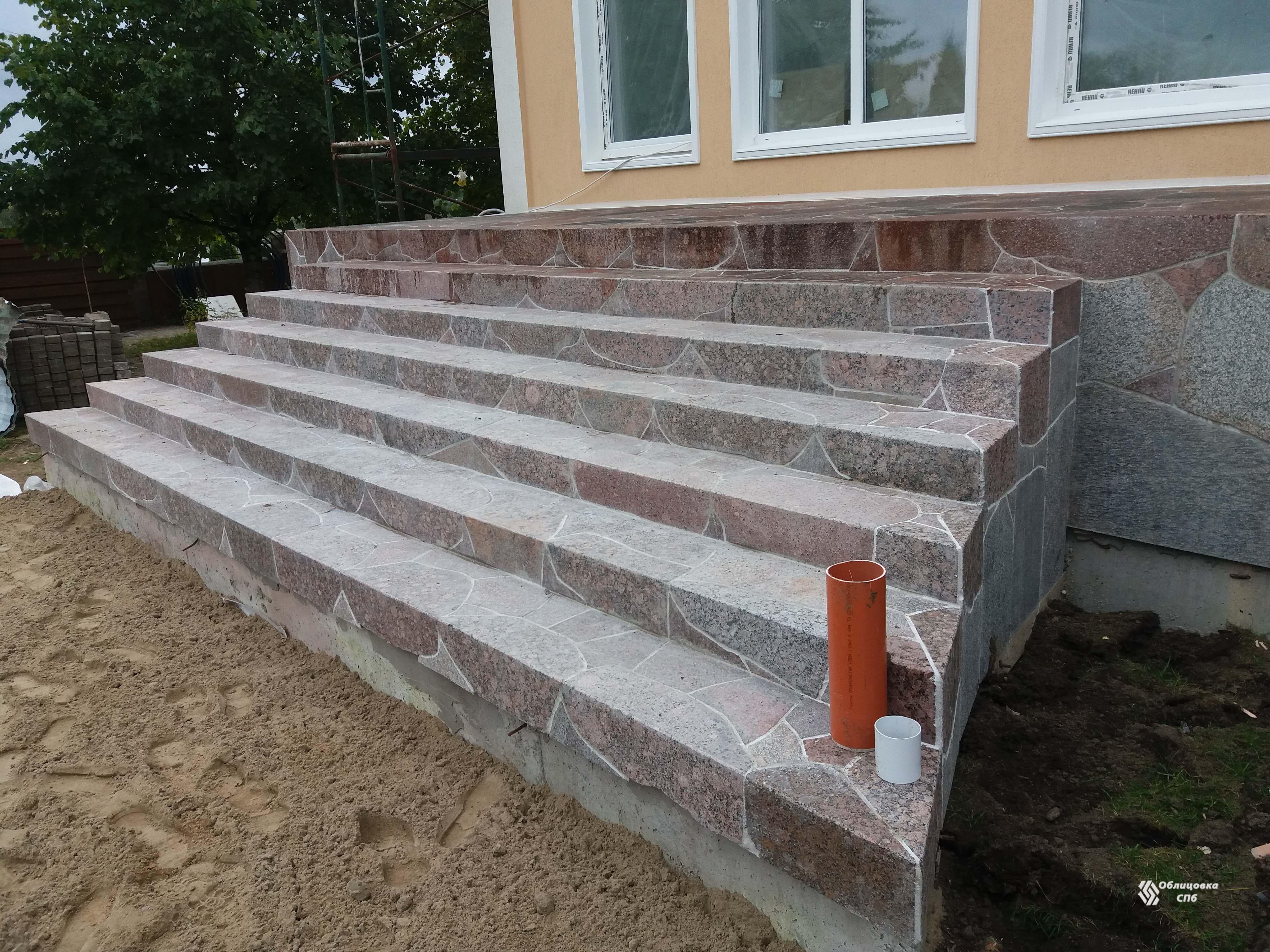 Облицовка лестницы с применением лекальных плит из гранита разного цвета