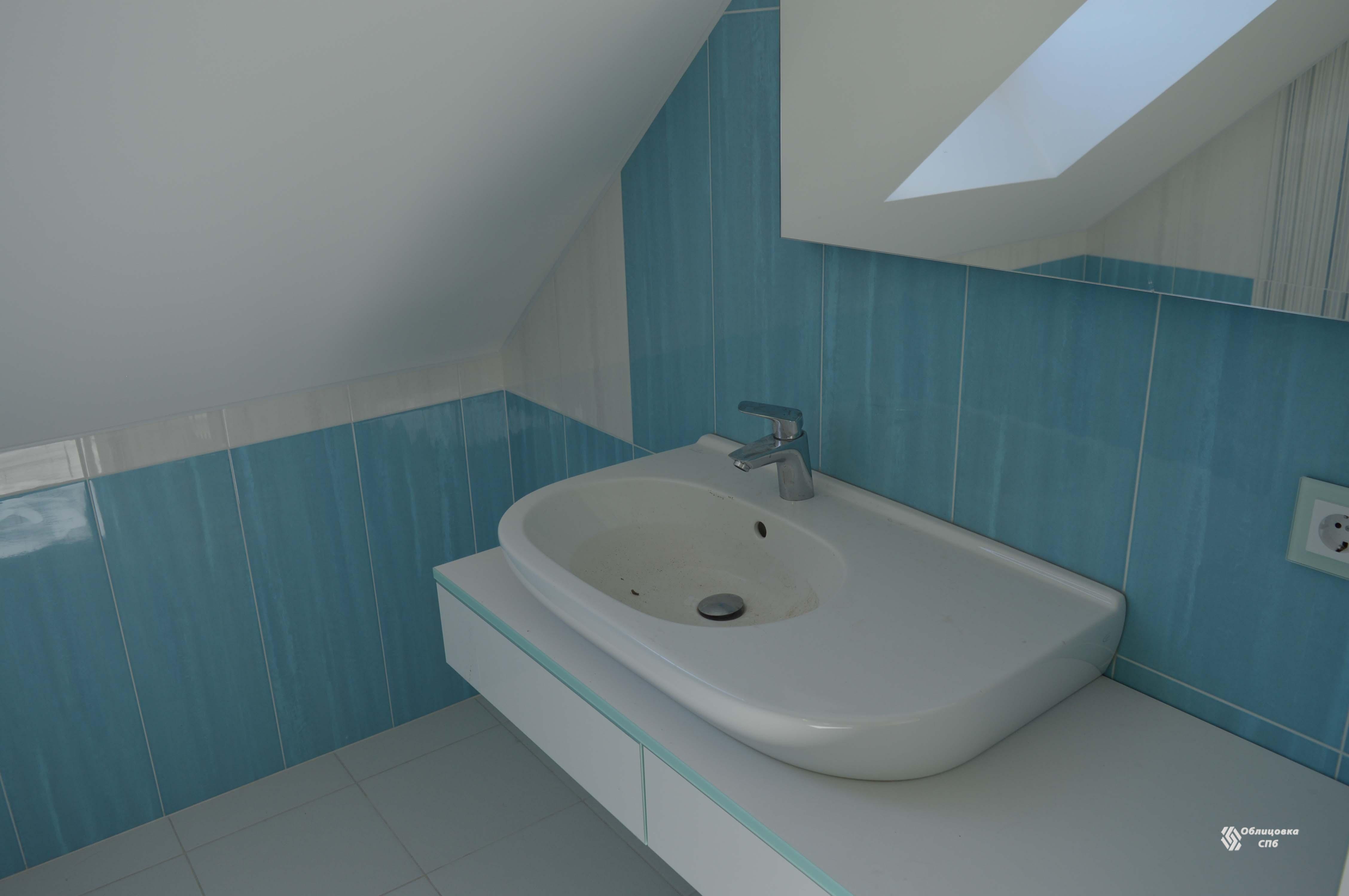 Облицовка ванной комнаты на мансардном этаже в бело-голубых тонах