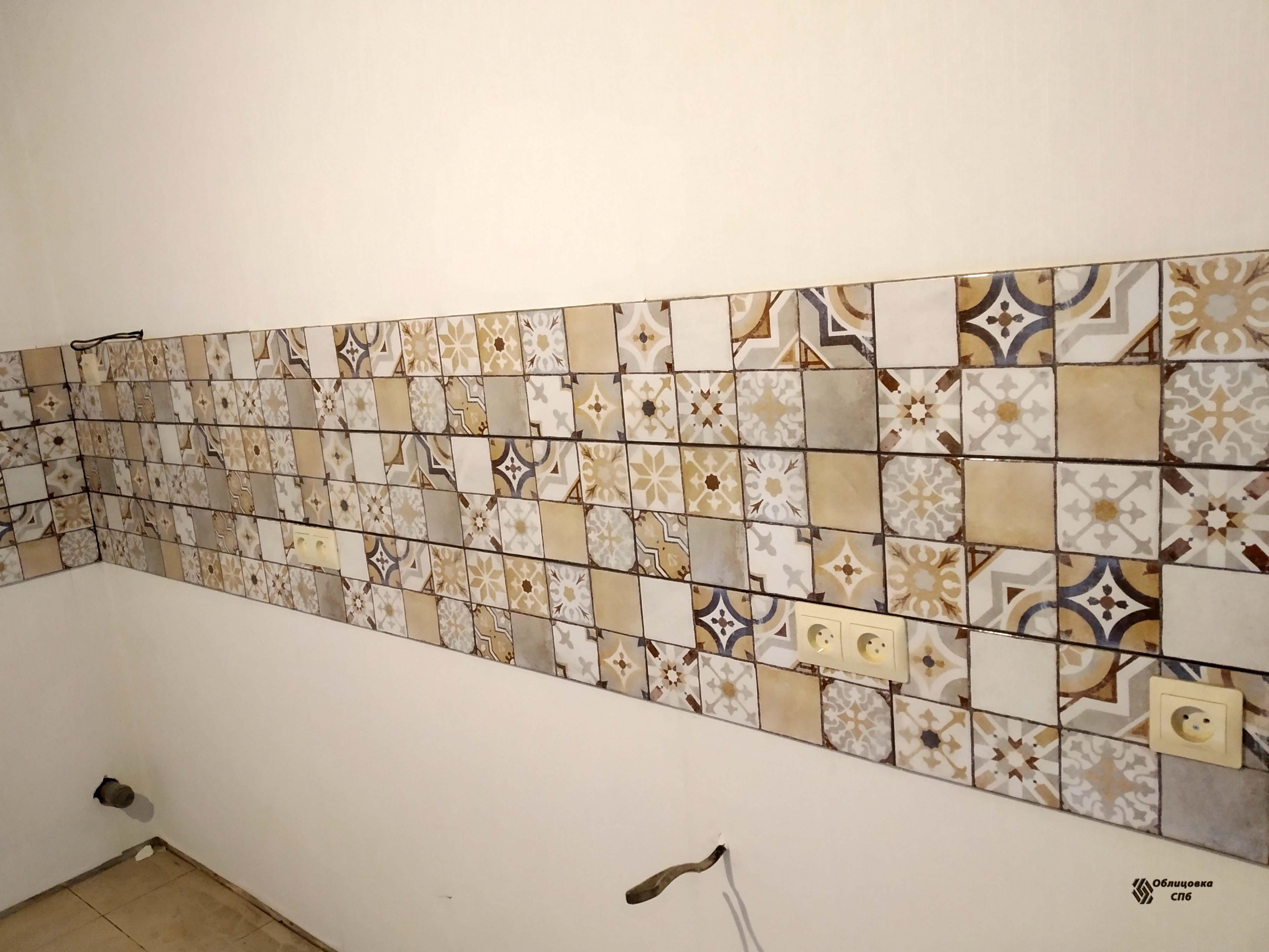 Кухонный фартук из плитки с разными узорами