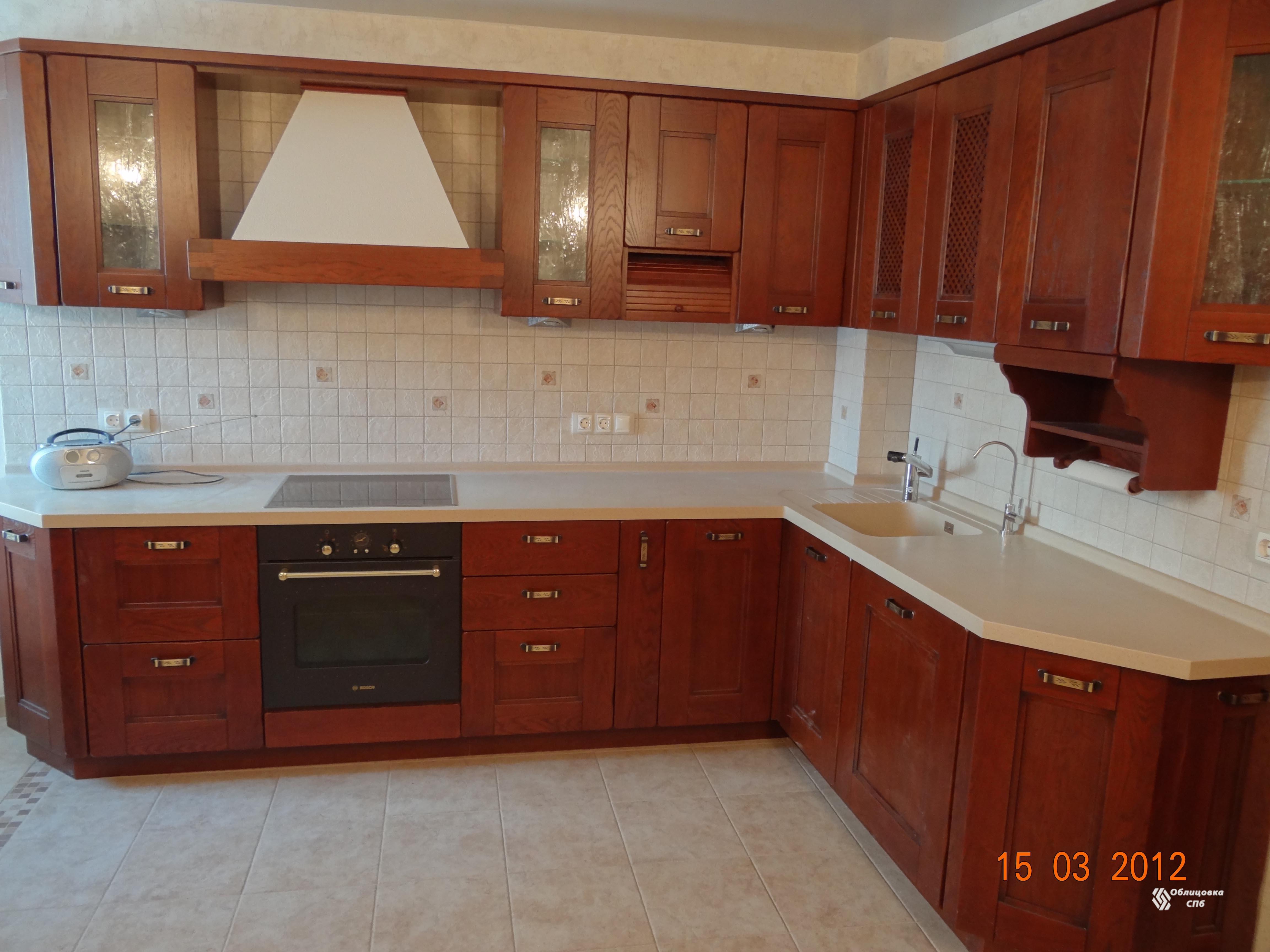 Кухонный фартук из керамической плитки кремового цвета